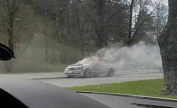 Auton moottoritila syttyi tuleen.