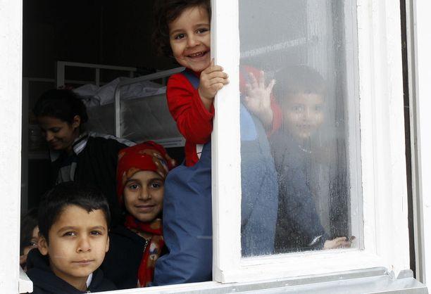 Irakista ja Afganistanista on lähtenyt Eurooppaan myös pieniä lapsia. Tämä kuva on otettu vuoden 2016 lopussa Serbiassa, jossa turvapaikanhakijat odottavat pääsyä EU:n alueelle.