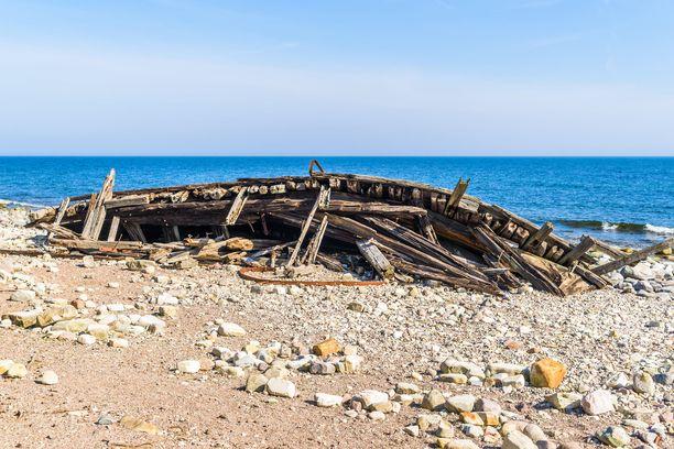 Trollskogenin luonnonsuojelualueen rannasta löytyy vuonna 1926 karille ajaneen laivan hylky.