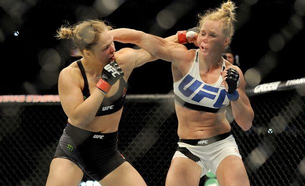 Ronda Rousey sai todeta Holly Holmin (kuvassa oikealla) paremmakseen.