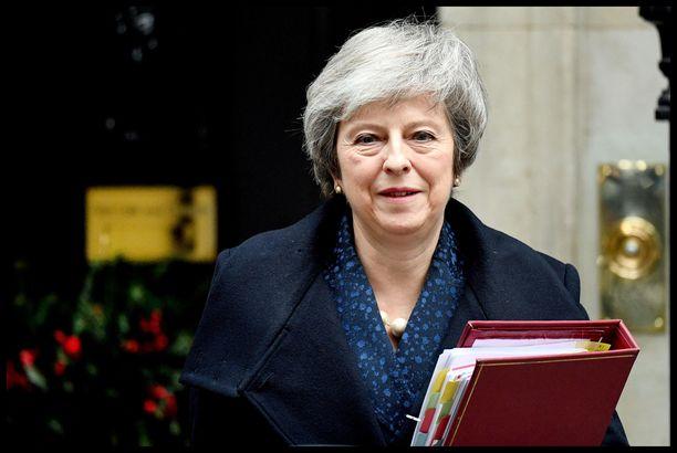 Theresa May saa jatkossakin pitää majaansa 10 Downing Streetillä.