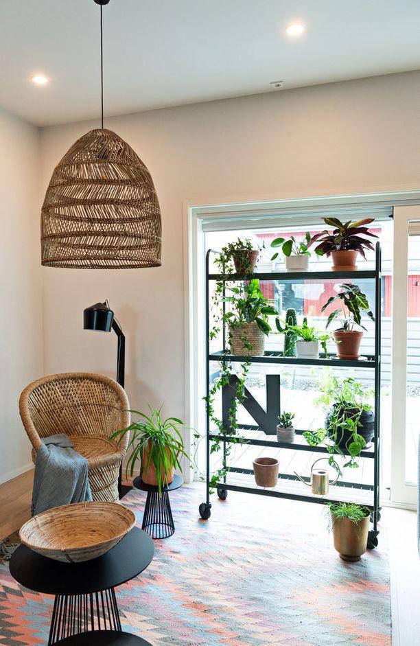 Asuntomessukotien sisustuksissa yhdisteltiin rohkeasti erilaisia materiaaleja. Rottinki sopii loistavasti yhteen myös teollisemman tyylin kanssa.