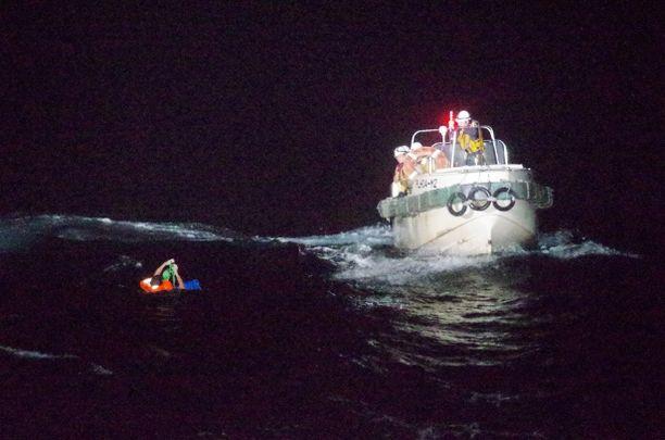 Japanin rannikkovartiosto pelasti rahtilaivasta mereen pelastautuneen miehen.