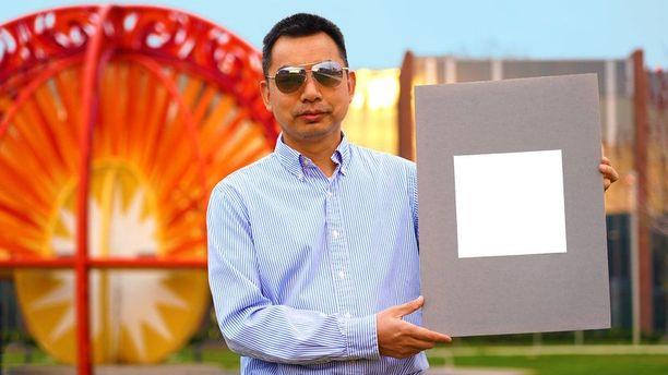 Professori Xiulin Ruan esittelee maailman valkoisinta maalia.