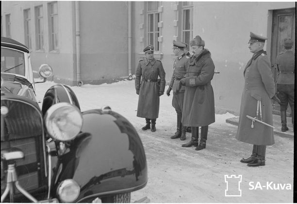 Hitler vieraili Suomessa kesäkuussa 1942 Mannerheimin 75-vuotissyntymäpäivillä. Tuolloin hän lahjoitti marsalkalle kolme maastoautoa.