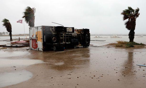 Myrskytuulet kaatoivat rekankin kumoon Las Marinasin rannalla Deniassa Valenciassa.