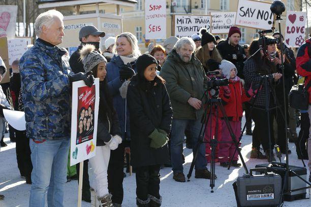 Timo Raivio seurasi mielenosoituksen etenemistä Zahran ja Noorin kanssa.