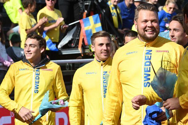 Armand Duplantis (vas.) on ruotsalaisten suosikki. Kuvassa oikealla Daniel Ståhl.