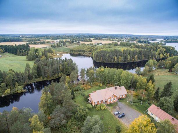 Tämä Haapajärven vanha koulurakennus sijaitsee idyllisissä järvimaisemissa. Omaa rantaa on sadan metrin verran, ja talossa on tilaa toteuttaa itseään.