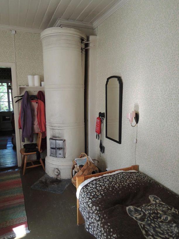 Pumppuaseman hoitajan asuntona toimineessa osassa on keittiö ja makuuhuone.