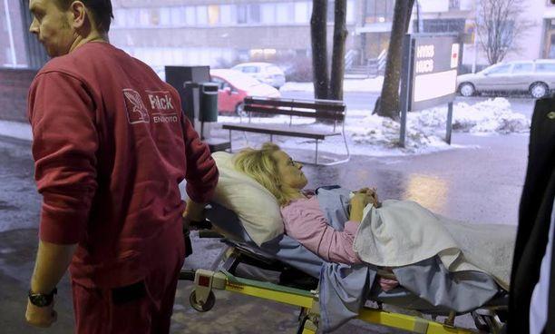 Ministeri Päivi Räsänen tuotiin onnettomuuden jälkeen ambulanssilla Helsinkiin Töölön sairaalaan.