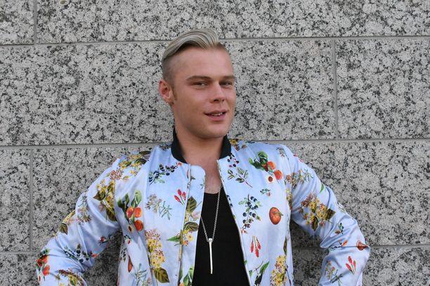 Aki Samulin ja Love-bändin ensimmäinen iso keikka on vappuaattona Nurmijärven Ruusulinnassa. - Jännittää, mutta hyvällä tavalla, Aki kertoo.