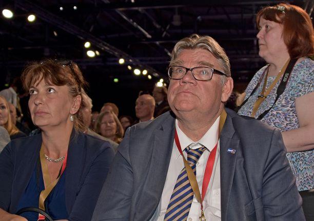 Väistyvä puheenjohtaja Timo Soini ja puoluesihteerin paikkansa uusinut Riikka Slunga-Poutsalo katselivat vakavina kokoussalin seinälle heijastettuja äänestysnumeroita, jotka kertoivat Jussi Halla-ahon voittaneen ylivoimaisesti.
