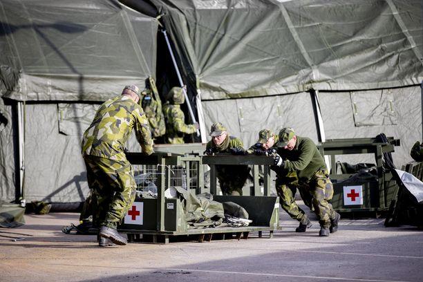 Ruotsin puolustusvoimat pystyttivät kenttäsairaalaa Göteborgissa maanantaina, kun Ruotsi varautuu koronapotilaiden kasvavaan määrään.