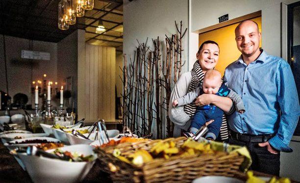 Nikke ja Eva Halenius halusivat kantaa kortensa kekoon suomalaisten upeaan auttamisbuumiin.