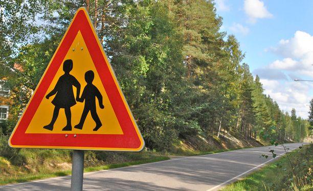 Jos näyttää siltä, ettei toinen auto ole pysähtymässä liikennevaloihin ja jalankulkija on suojatiellä, kannattaa käyttää äänimerkkiä.