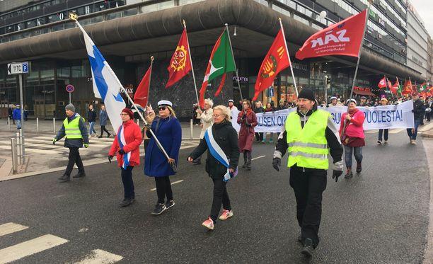 Helsingin perinteisen vappumarssin yhteydessä kuultiin useita poliittisia puheita. Kuvassa keskellä marssii Pentti Arajärvi.