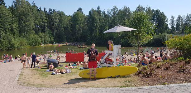 Vantaan Vetokannaksen uimaranta on valvottu. Kuva on onnettomuuspäivältä, mutta kuvan uimavalvojat eivät olleet onnettomuushetkellä töissä.