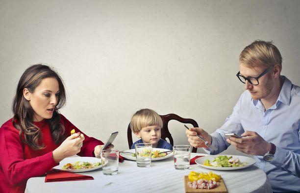 Monelle puhelin kuuluu osaksi myös perheen yhteisiä ruokailuhetkiä.