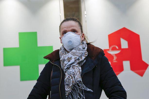 Hengityssuojaimet viedään käsistä koronaviruksen levitessä. Kuvituskuva.