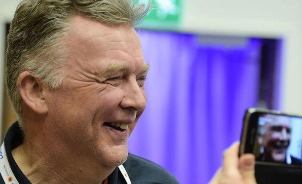 Reijo Jylhä oli iloinen Matti Heikkisen mitalista. Tämä ei jäänyt tv-yleisölle epäselväksi.