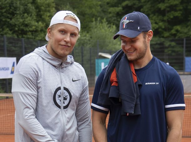 Patrik Laine ja Aleksander Barkov ovat kova pari tenniskentällä. Kuva Bermuda-turnauksesta 2019.