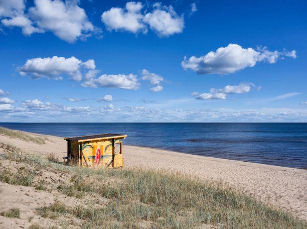 Yksinäinen kioski Kauksin kauniilla rannalla.