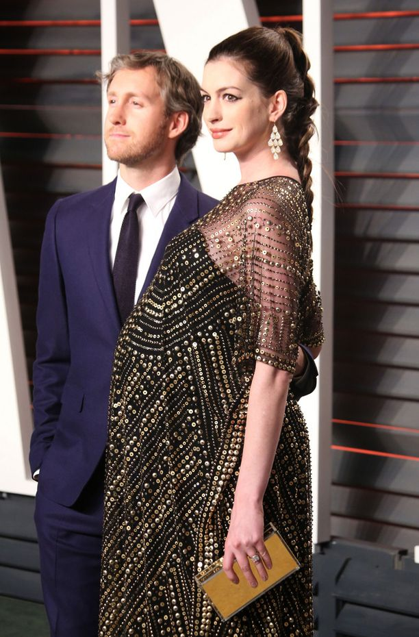 Anne Hathaway saapui miehensä Adam Schulmanin kanssa Fanity Fairin Oscar-karkeloihin helmikuussa.