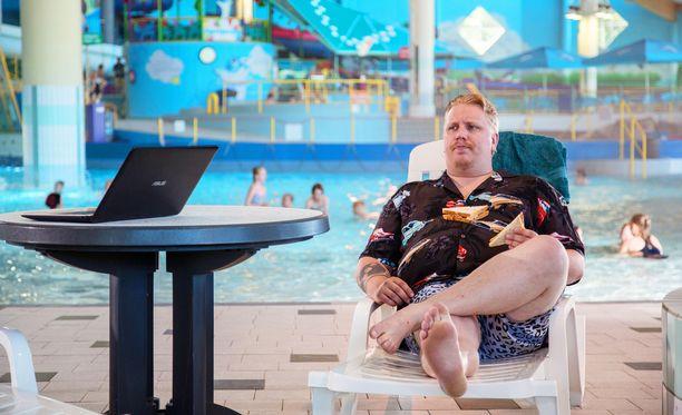 Supermarsu-elokuvassa Wiskari esittää nautiskelevaa Perttiä.