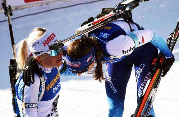 Kaisa Mäkäräinen (vas.) ja Selina Gasparin halasivat MM-normaalimatkan jälkeen tiistaina Italian Alpeilla.