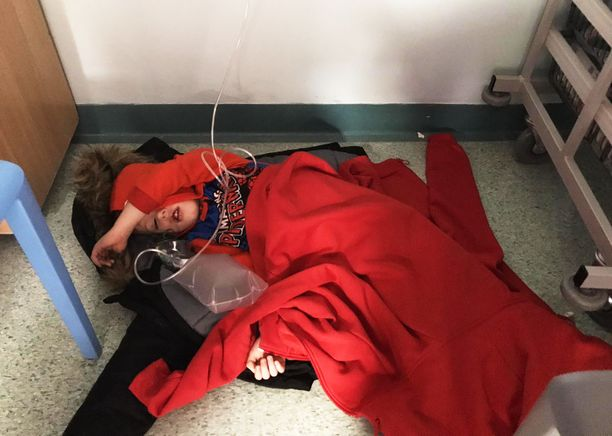 Jack Williment-Barr joutui odottamaan vuodepaikkaa 4,5 tuntia lattialla maaten.