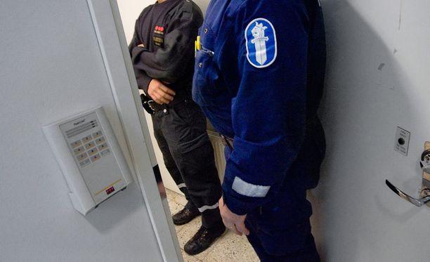 Häiriötilanteissa vartijoiden tulee odottaa poliisin saapumista paikalle. Syrjäseudulla poliisin saapuminen voi kestää kauan.