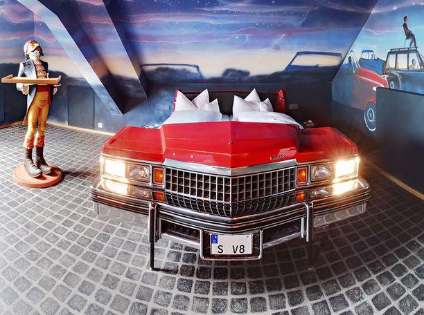Autoteema toistuu V8 Hotelin huoneissa.