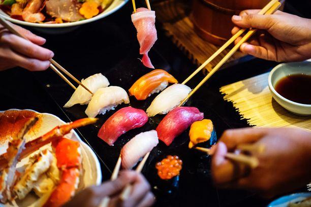 Matkailulääketieteen asiantuntija Sirpa Kampikoski-Blomqvist varoittaa kypsentämättömistä ruoista kuten sushista. Turvallisin mielin sitä voi hänen mukaansa syödä Pohjoismaissa ja Japanissa.