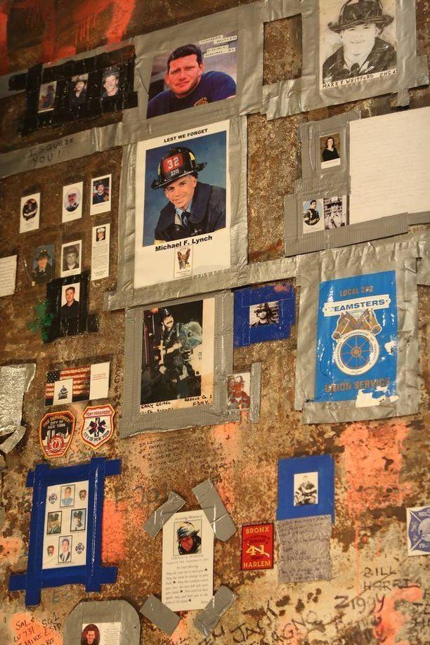 Useita ihmisiä oli kateissa heti iskun jälkeen. Heidän valokuviaan ja hätääntyneiden omaisten viestejä ilmestyi seinätauluihin New Yorkissa.