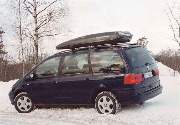 Väärin pakattu suksiboksi katolla voi heikentää auton vakautta.