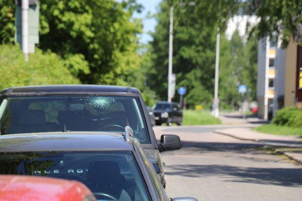 Etualalla olevassa Range Roverissa (ikkunassa vaurio) oli taustalla näkyvän Roverin varastetuksi ilmoitetut kilvet.