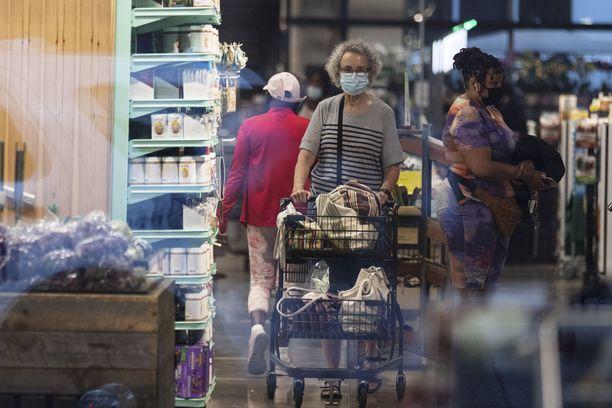 Yhdysvaltalaisia henkilöitä ostoksilla Washington D.C:ssä. Amerikkalaisia huolettaa muun muassa kesän korkeat inflaatiolukemat.