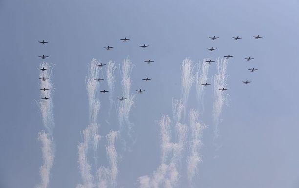 Hävittäjät muodostivat taivaalle luvun 105 maan perustajan 105-vuotissyntymäpäivän kunniaksi.