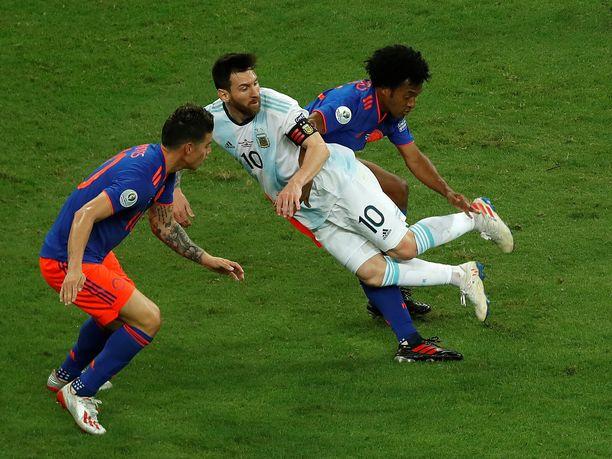 Juan Cuadrado potkaisi Lionel Messiltä tylysti jalat alta.