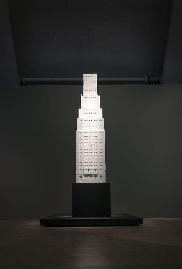 Willem Heefferin tekemä pienoismalli Eliel Saarisen suunnittelemasta pilvenpiirtäjästä on 2,35 metriä korkea.