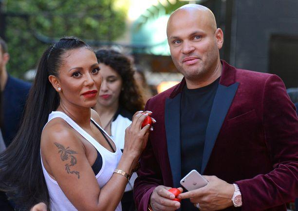 Mel B ja hänen aviomiehensä sekä kuopuksensa isä Stephen Belafonte nähtiin kolmisen viikkoa sitten Nenäpäivä-tapahtumassa Los Angelesissa.