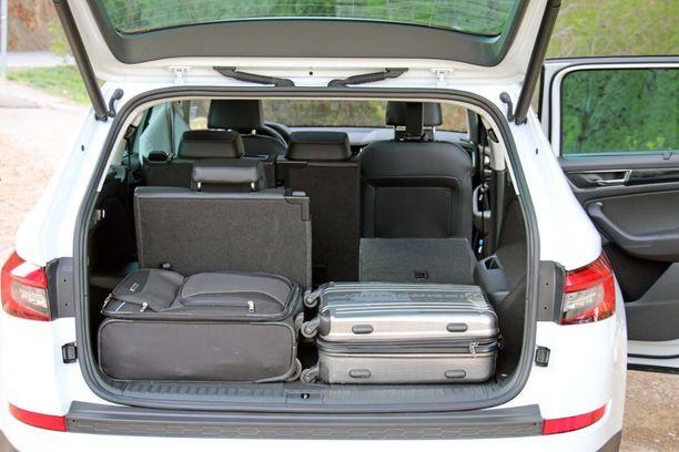 Tavaratila kutistuu kolmas istuinrivi käyttöön otettuna kahden laukun vetoiseksi, mutta laajenee yli 600 litran, kun selkänojat taittaa eteen.