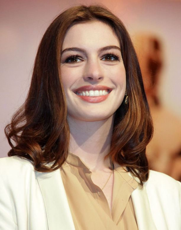 Anne Hathaway pitää kasvonpiirteitään suhteettoman suurina.