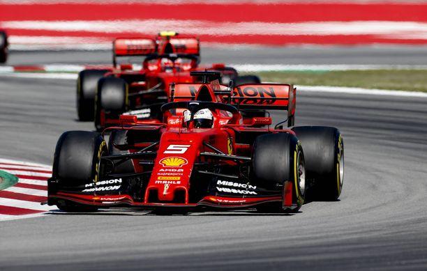 Sebastian Vettelin (5) ja Charles Leclercin Ferrari-tallilla ei kulje tällä hetkellä lainkaan.