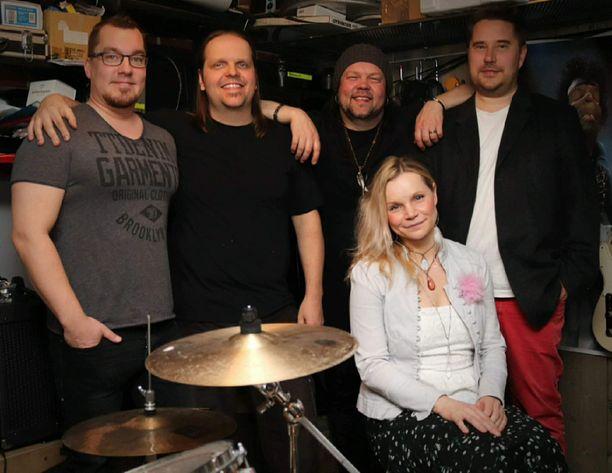 Agnes Pihlava keikkailee nykyisin Project-X-bändin kanssa. Kuvassa vasemmalta Kristian Leppänen, Juha Yrölä, Jake Yrölä ja Markus Mantere.