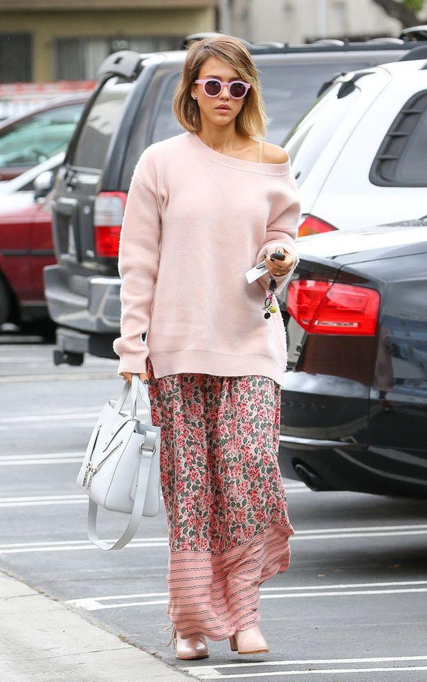 Myös näyttelijä Jessica Alba yhdistää usein maksimekon ja neuleen.