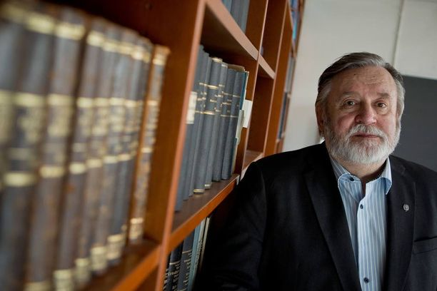Poliittisen historian emeritusprofessori Timo Soikkanen käsittelee aihepiiriä kaksiosaisessa teoksessaan Presidentin ministeriö. Ulkoasiainhallinto ja ulkopolitiikan hoito Kekkosen kaudella.