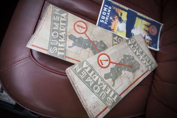 Jussi Heervä kertoo, että autoharrastajat usein hamstraavat autoihinsa vuosimallin mukaista tavaraa. Vuoden 1964 Volvo Amazonissa kulkee mukana saman ajan tiekarttoja ja lehtiä.
