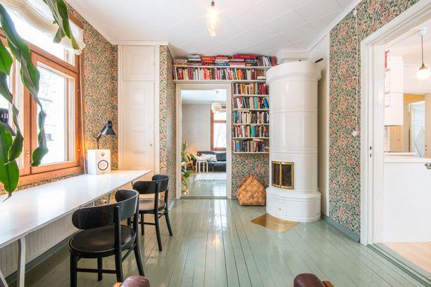 Mikä idea! Kotiin voi tuoda väriä vaikkapa maalaamalla lattian. Tapeteilla kotiin luodaan haluttua tunnelmaa kuten pehmeyttä ja viihtyisyyttä.